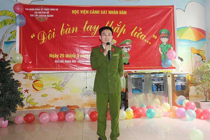 Học viên Nguyễn Hữu Đạo đã tâm sự, chia sẻ những câu chuyện vui nhằm giúp các em cố gắng vượt qua khó khăn, bệnh tật.