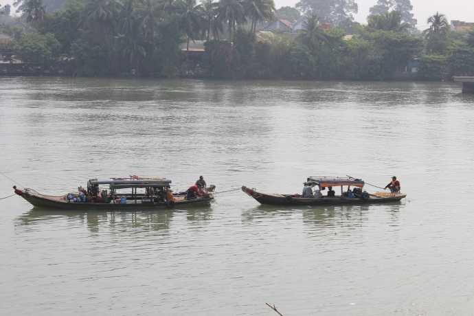 Hai ghe chở thợ lặn neo đậu dưới sông Đồng Nai.