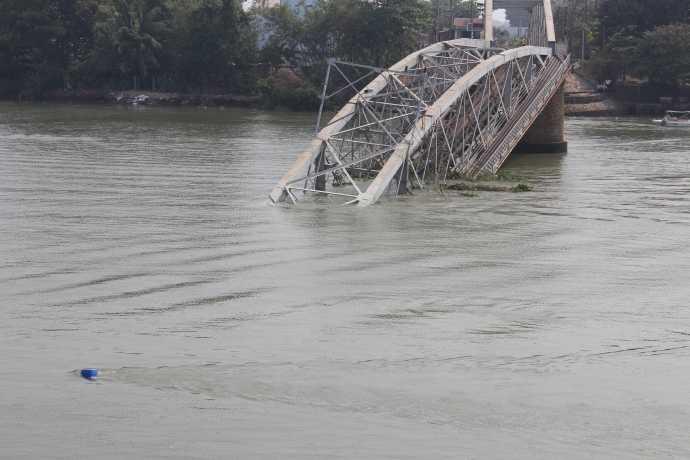 Vị trí phuy màu xanh được các thợ lặn đánh dấu thanh thải chướng ngại vật dưới lòng sông.