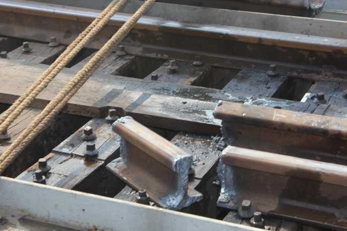 Một đoạn thanh ray được thợ hàn cắt bỏ tạo thuận lợi cho công tác trục vớt.