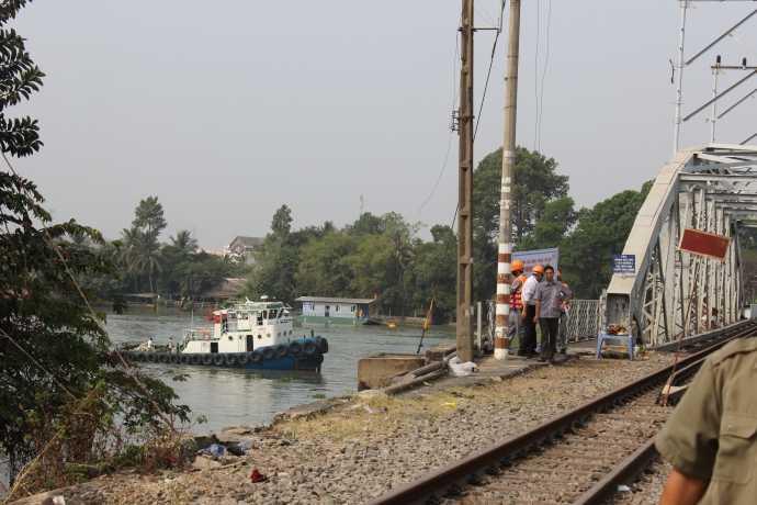 Đội thợ lặn luôn làm việc liên tục dưới sông Đồng Nai.