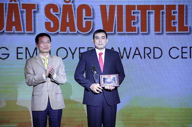 Thiếu tướng Nguyễn Mạnh Hùng trao phần thưởng cho anh Nguyễn Khắc Huy (Ảnh: Phạm Thịnh)