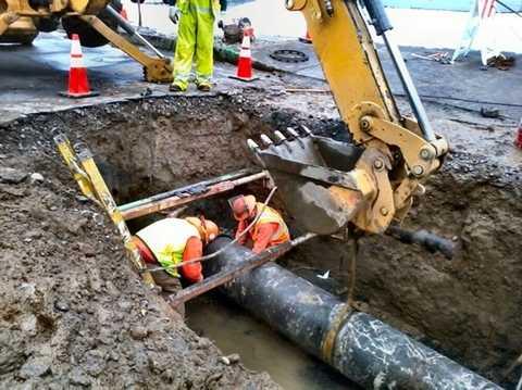 Công nhân sửa chữa đường ống dẫn nước bằng   gang bị vỡ ở Oregon, Mỹ