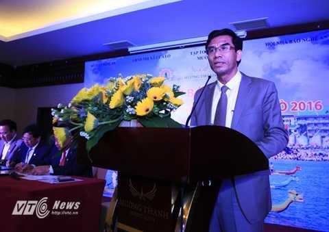 Ông Doãn Tiến Dũng, Chủ tịch UBND thị xã Cửa Lò báo cáo kết quả kinh tế - xã hội thị xã năm 2015 và những định hướng phát triển du lịch năm 2016 (Ảnh: Duy Thành)