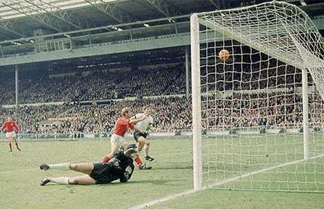 Geoff Hurst ghi hattrick mang về chức vô địch World Cup đầu tiên cho người Anh