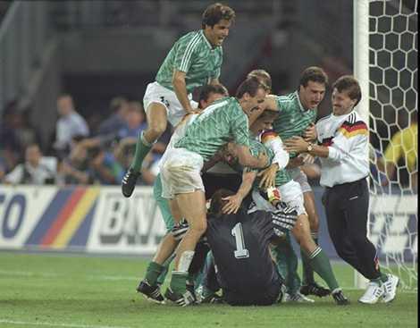 Tây Đức vượt qua Anh ở bán kết và lên ngôi vô địch sau đó