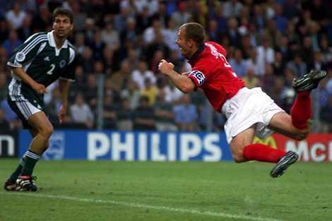 Alan Shearer bay người đánh đầu đem về chiến thắng cho Tam sư