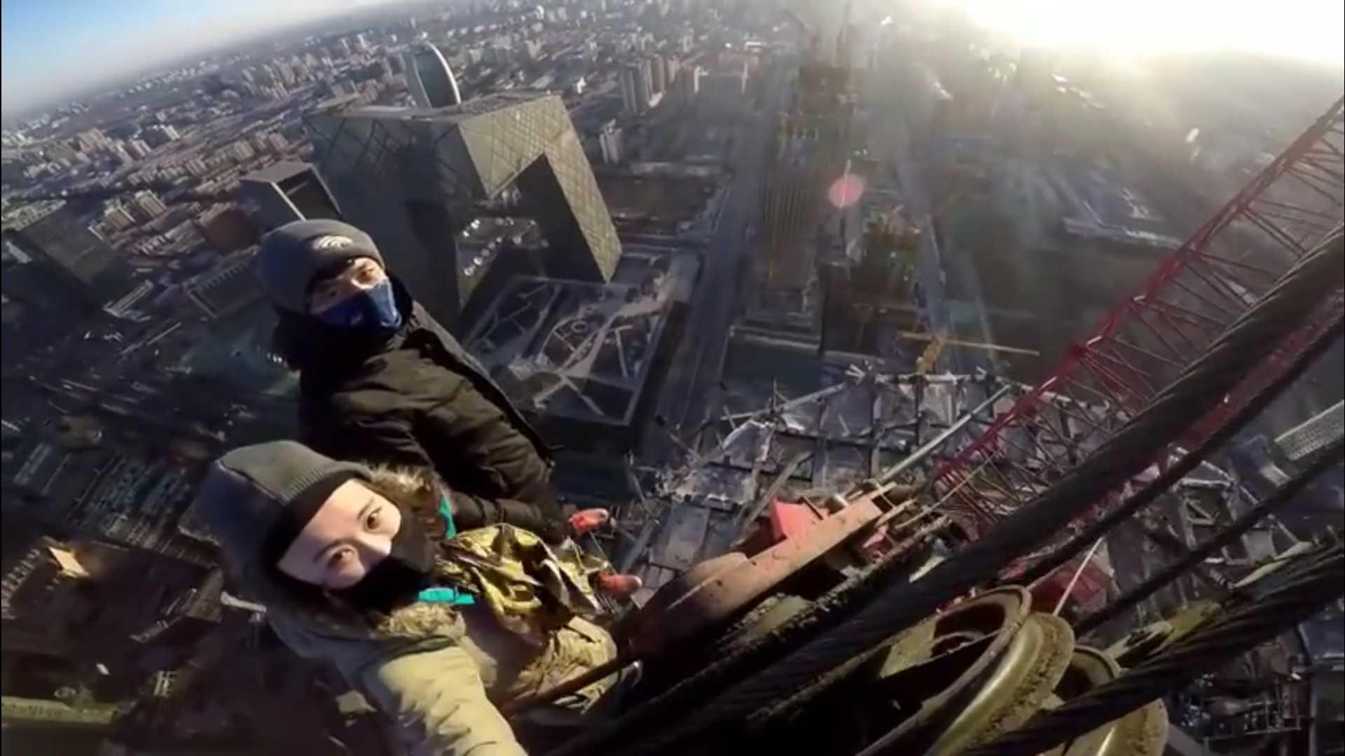 Cặp đôi chinh phục tòa nhà chọc trời mà không có dụng cụ bảo hộ