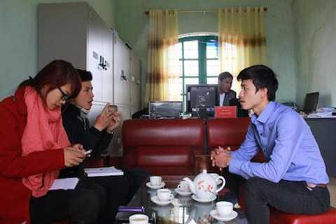 Ông Thuận trao đổi với phóng viên.