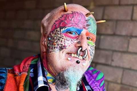 Người đàn ông này cuồng vẹt đến nỗi đi phẫu thuật để giống vẹt. Ảnh The Mirror