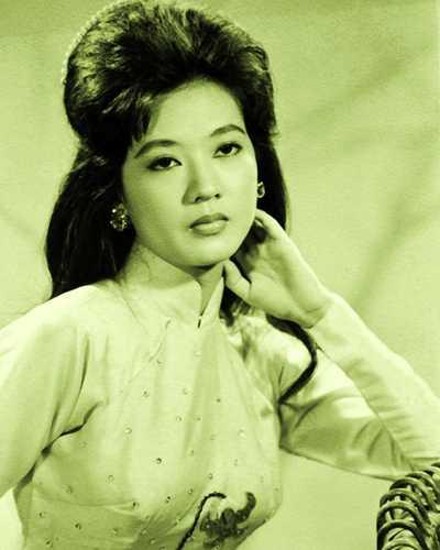 Nghệ sĩ Thanh Nga sinh năm 1942 trong một gia đình có truyền thống nghệ thuật. Thập niên 1960-1970 của thế kỷ 20, người Sài Gòn không ai là không biết đến nhan sắc và tài năng của bà. Nghệ sĩ Thanh Nga tỏa sáng trong lĩnh vực sân khấu cải lương với nhiều vai diễn để đời. Sau khi bất ngờ qua đời trong một vụ thảm sát vào năm 1978, Thanh Nga để lại nỗi tiếc thương vô bờ đối với công chúng. Đến nay, khi nhắc đến Thanh Nga, khán giả vẫn gọi bà là huyền thoại và là một nữ nghệ sĩ tài sắc vẹn toàn bậc nhất trong làng nghệ thuật sân khấu miền Nam