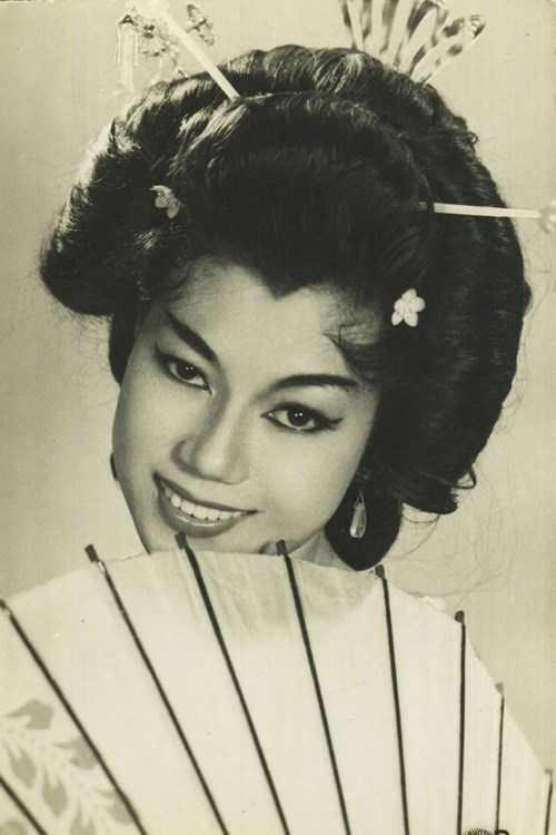 Nghệ sĩ Kim Cương sinh năm 1937, cũng trong một gia đình nổi tiếng trong lĩnh vực cải lương. Bà được mệnh danh 'kỳ nữ' của giới sân khấu Việt Nam. Bà là bạn thân thiết lâu năm của nghệ sĩ Thẩm Thúy Hằng. Thời thanh xuân, Kim Cương nổi tiếng nhờ tài năng xuất chúng dù bà có cha và mẹ đều là những tên tuổi lớn. Hiện tại, NSNDKim Cương vẫn là một trong những nghệ sĩđược công chúng ngưỡng mộ. Bà thường tham gia các hoạt động từ thiện giúp đỡ người nghèo