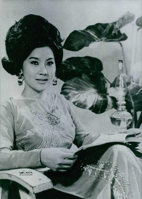 Nghệ sĩ Mộng Tuyền sinh năm 1947, làmỹ nhân nổi tiếngcủa cả lĩnh vực điện ảnh lẫn sân khấu cải lương thời bấy giờ. Bà từng được gọi 'Nữ hoàng trẻ' của làng đĩa nhựa cuối thập niên 60, từng đoạt giải 'Ảnh hậu' năm 1972.