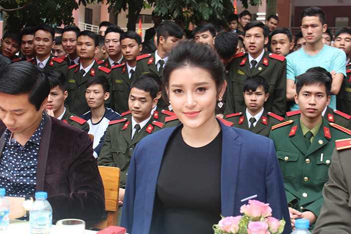 Á hậu Huyền My đẹp rạng ngời trong vai trò Ban giám khảo cuộc thi Dân vũ.