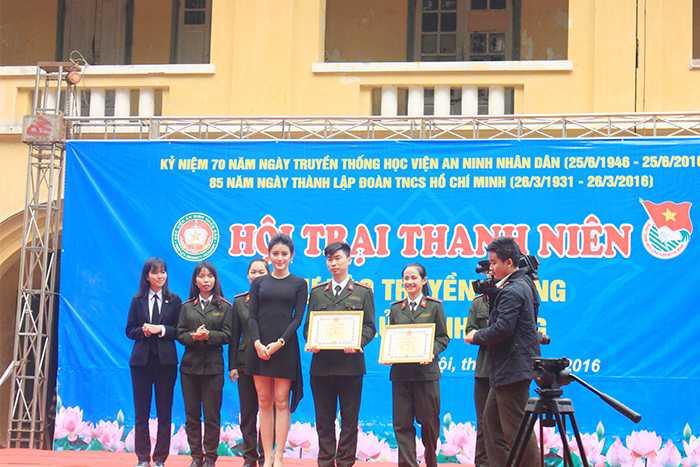 Á hậu Huyền My trao tặng bằng khen cho đội đoạt giải.