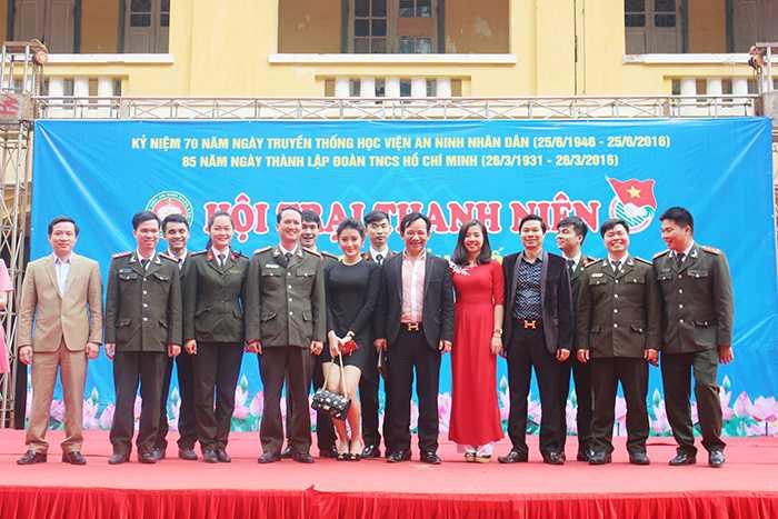 Nghệ sỹ Nguyễn Tiến Quang (Quang Tèo), Á hậu Huyền My chụp ảnh kỷ niệm cùng cán bộ, giảng viên Học viện An ninh.