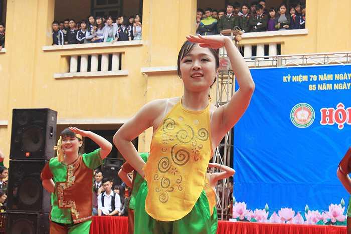 Nữ sinh Học viện An ninh đẹp cuốn hút trong màn dân vũ.
