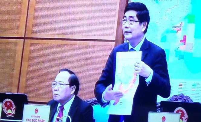 Bộ trưởng Cao Đức Phát trình bày bản đồ xâm nhập mặn tại phiên họp Chính phủ - Ảnh: V.V.T