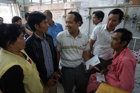 Cơ quan đại diện Báo Tiền Phong tại TP.HCM thăm hỏi ông Nén và gia đình tại Bệnh viện Chợ Rẫy chiều 25/3. Ảnh: Quốc Ngọc