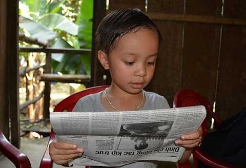 Lên 3 tuổi cháu Nguyễn Huy Hoàng đã biết đọc chữ và đếnnay cháu đã đọc sách báo trôi chảy. Ảnh:Đ.H