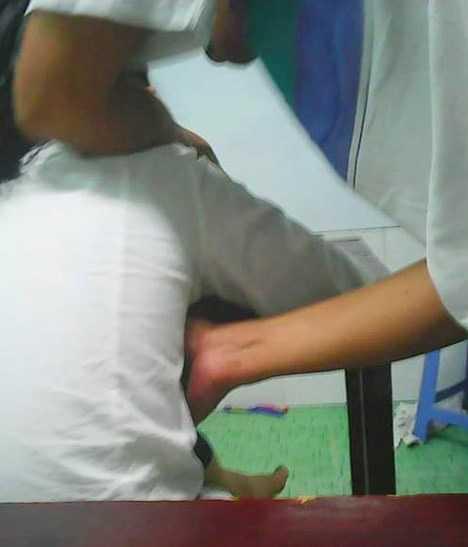 Tấm ảnh chụp lại cảnh thầy T. luồn tay qua người nữ sinh để... chỉ bài