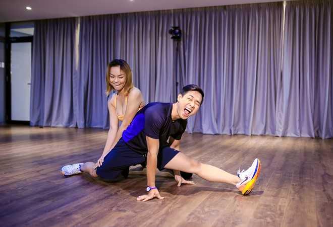 Quỳnh Mai là người có năng khiếu nhảy múa. Cô hướng dẫn MC Nguyên Khang những động tác nhảy cơ bản.