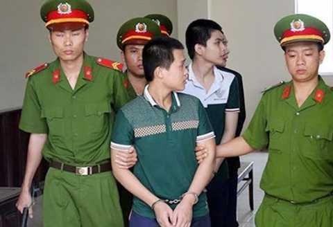 Các bị cáo bị dẫn giải sau khi nghe toàn tuyên án.