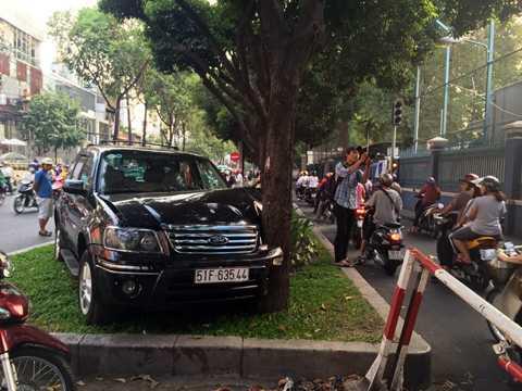 Chiếc ôtô đâm đầu vào gốc cây, hư hỏng nặng.