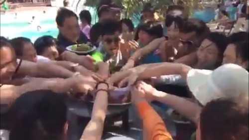 Hình ảnh cuộc chiến tranh nhau ăn hoa quả của người Trung Quốc trong clip