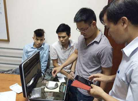 Công an quận Long Biên kiểm tra tang vật thu giữ.