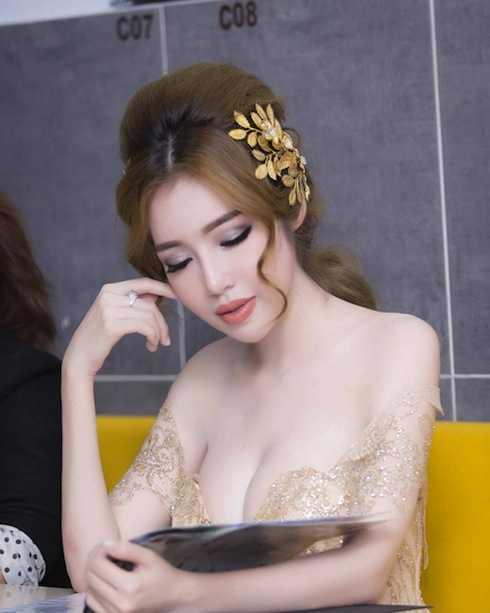 Elly Trần...
