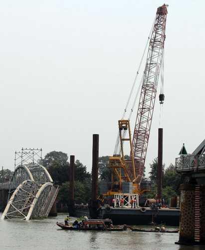 Sáng nay, việc cố định sà lan chở cẩu 500 tấn đã hoàn tất