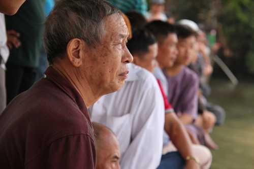 Nhiều người dân TP Biên Hòa chứng kiến việc trục vớt nhịp cầu sập