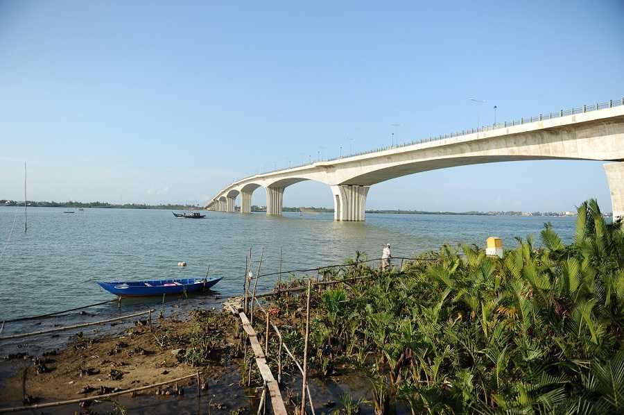 Dự án cầu Cửa Đại bao gồm đường dẫn và cầu Cửa Đại có tổng vốn đầu tư là 3.450 tỷ đồng, công trình được khởi công từ năm 2009, do ban quản lý khu kinh tế mở Chu Lai làm chủ đầu tư. Với tổng chiều dài toàn tuyến là 18,3 km, trong đó phần cầu rộng 25,5 mét dài 1.481 mét, phần đường dẫn dài 16,8km.