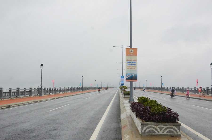 Cầu Cửa Đại là công trình có kỷ lục về bề rộng nhịp đúc hẫng với khẩu độ 150m dài nhất Việt Nam hiện nay, vốn đầu tư gần 2.000 tỷ đồng.