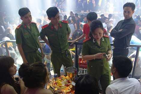 Công an quận 1 tiến hành kiểm tra hành chính với khách tại vũ trường.