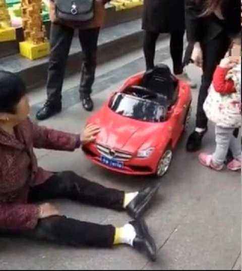 Hành động của bà kiến nhiều cư dân mạng khinh miệt và nhạo báng. Ảnh Shanghaiist