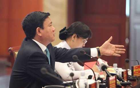 Bí thư Thăng chất vấn lãnh đạo ngành hải quan TP HCM. (Ảnh: NLĐO)