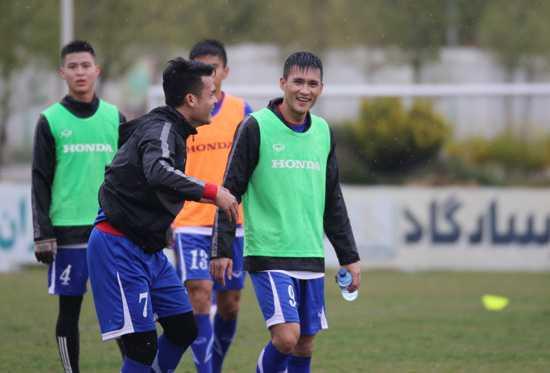 Công Vinh vui vẻ tập luyện cùng đồng đội tại Iran