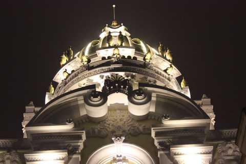 Dấu ấn của tòa lâu đài này là có 6 con gà dát vàng đặt trên nóc nhà có giá vài tỷ đồng.