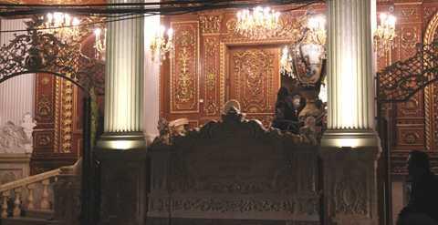 Các họa tiết của tòa biệt thự cũng được tô điểm bằng những lá vàng mỏng.