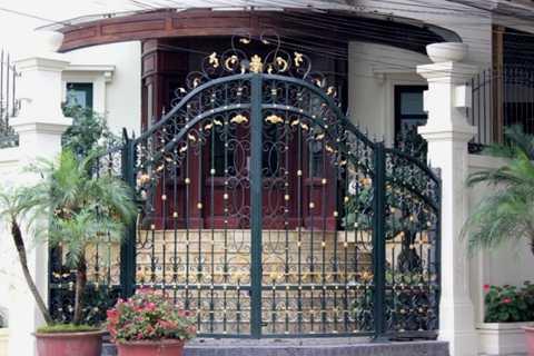 Những cánh cửa tại tòa biệt thự đều được mạ vàng với những đường nét mềm mại.