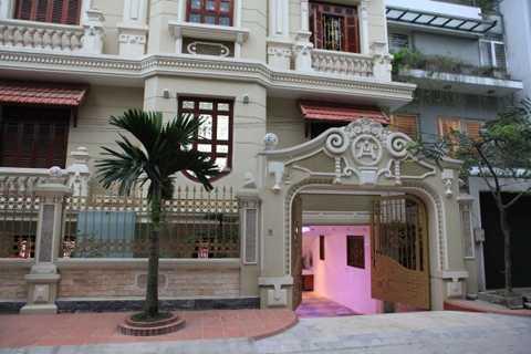 Ngôi biệt thự thiết kế theo lối kiến trúc Pháp với các chi tiết cầu kỳ và sử dụng những vật liệu đắt tiền (Ảnh Một thế giới).