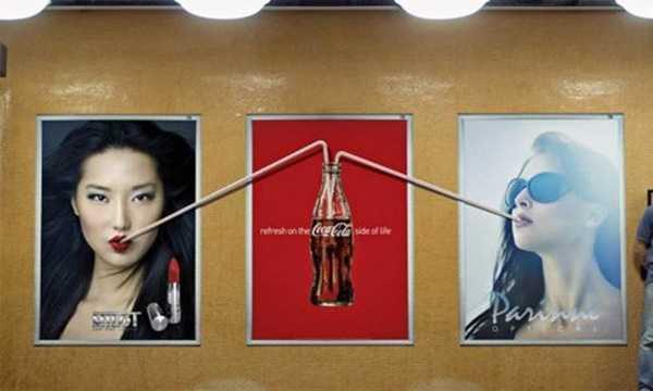 Quảng cáo của Coca Cola tạo hiệu ứng vui mắt khi được đặt cạnh hai tấm biển quảng cáo khác.