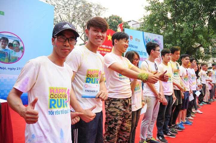 Những cặp chạy về đích đầu tiên nhận giải thưởng của BTC. Trong ảnh là phóng viên Hà Thành - VTC News (ngoài cùng bên trái), xuất sắc vào top cán đích đầu tiên.