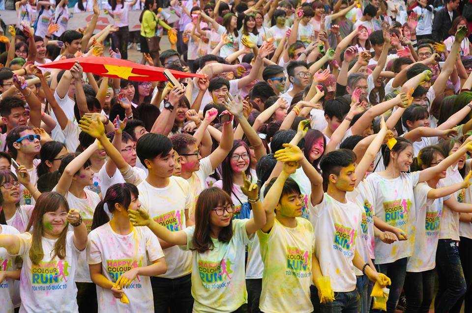 Hàng nghìn bạn trẻ xếp cờ Tổ quốc.
