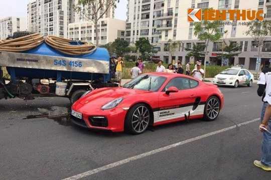 Được biết, chiếc Porsche Cayman GTS được một khách hàng Việt cầm lái chạy thử nằm trong một phần trải nghiệm cho khách hàng tại chương trình Porsche World Roadshow, nhưng do chạy ngược chiều nên va chạm với xe bồn mang biển kiểm soát 54S-4156.