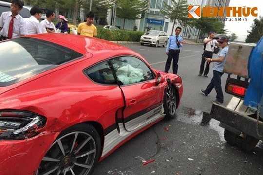 Cú va chạm đã khiến chiếc xe thể thao tiền tỷ Porsche Cayman GTS màu đỏ bị hư hỏng nặng. Cụ thể, cửa bên phía ghế phụ bị móp và biến dạng nặng. Ngoài ra, la-zăng và một bên đèn hậu phía sau cũng bị hư hỏng trong vụ tai nạn. Bên trong khoang lái, các túi khí cũng bung ra.