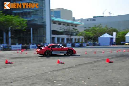 Được biết sau khi đâm trực diện, chiếc Porsche Cayman GTS quay 180 độ. May mắn trong vụ tai nạn lần này, chỉ có một khách hàng bị thương nhẹ. Việc khách hàng có phải bồi thường hay không vẫn chưa được Porsche Việt Nam công bố.
