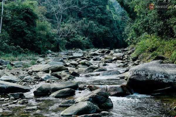 Những con suối quanh thôn bản là nơi người dân... cất bánh đá.